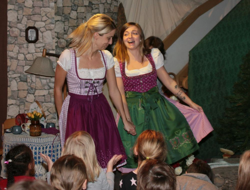 Anja Zeiß (Schmetterlingsgruppe) und Jenny (Bärengruppe) als Marktfrauen