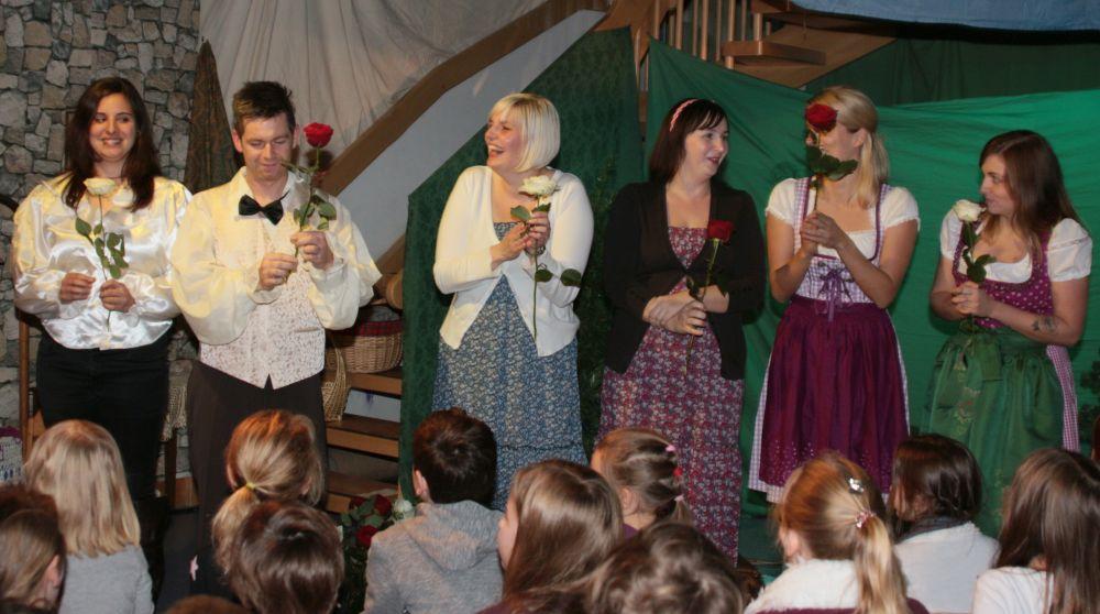 Natascha Neeff (Dinogruppe) als Schneeweißchen und Agnieszka Blaszak (Schmetterlingsgruppe) als Rosenrot